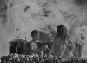 Эпизод 3, Кадр 3. Ваня предлагает яблоки девочке.