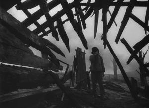 Кадр 6.  Иван в разрушенной деревне.